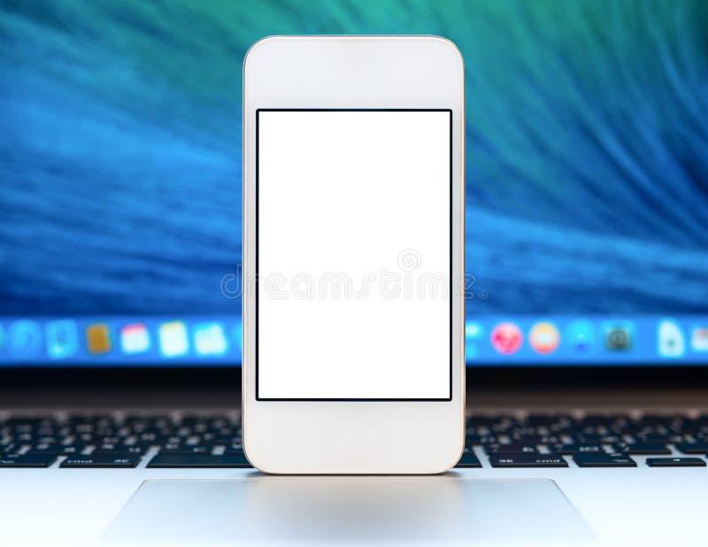 Smartphone moderno con lo schermo in bianco fotografia stock