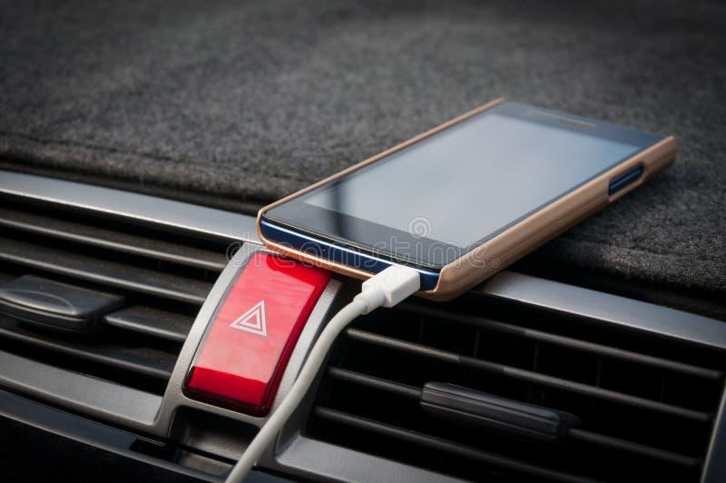 Smartphone moderno no carro, telefone da tomada do carregador no carro imagens de stock royalty free