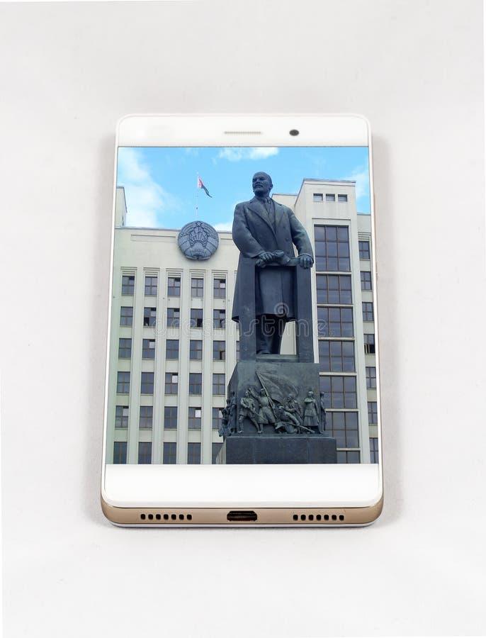 Smartphone moderno que exhibe la imagen de plena pantalla de Minsk, Belar fotos de archivo