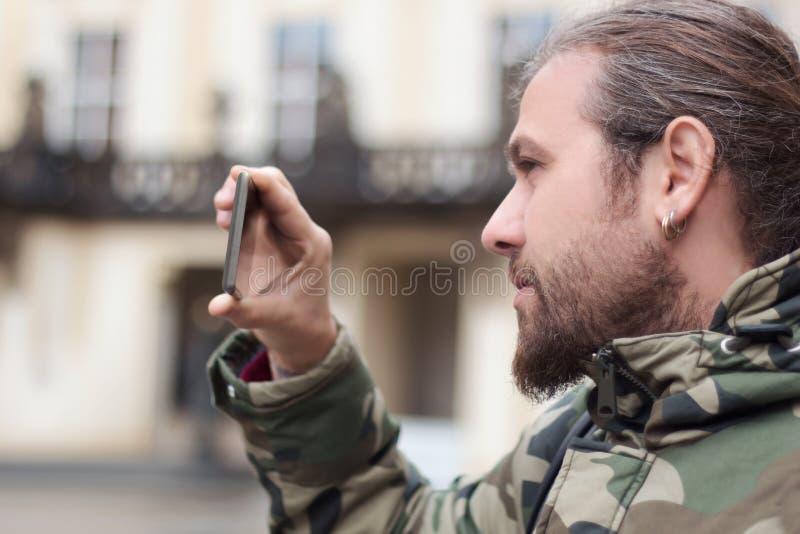 Smartphone nagrywanie wideo, młody człowiek zdjęcie royalty free