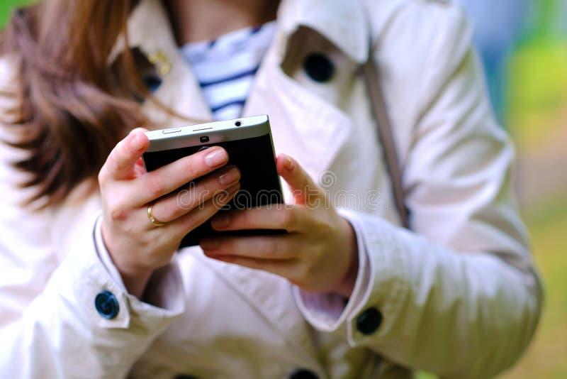Smartphone nas mãos fotos de stock royalty free
