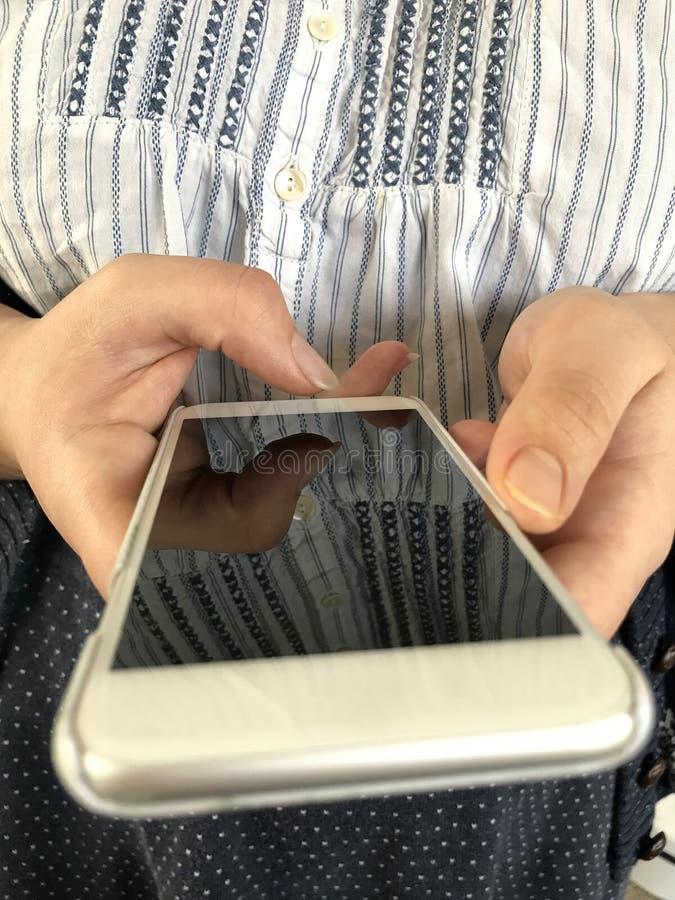 Smartphone nas mãos foto de stock