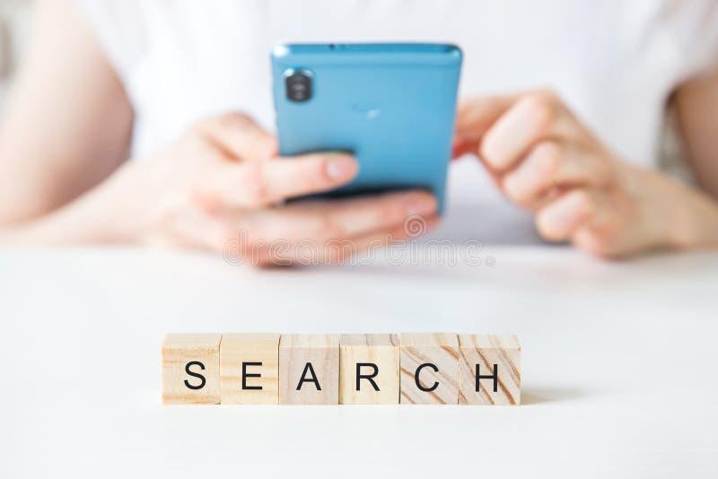 Smartphone nelle mani di una donna Ricerca del concetto della rete di informazioni di dati di Internet di lettura rapida Immagine fotografia stock