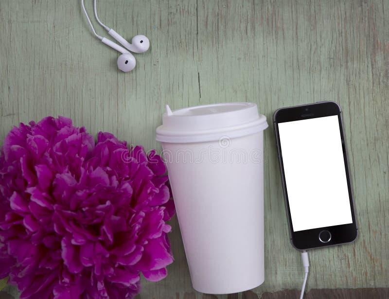 Smartphone noir avec l'écran blanc sur le vieux fond en bois images libres de droits