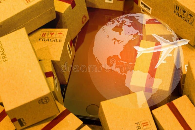 Smartphone noir avec la carte du monde sur la pile des boîtes en carton Concentré photos libres de droits
