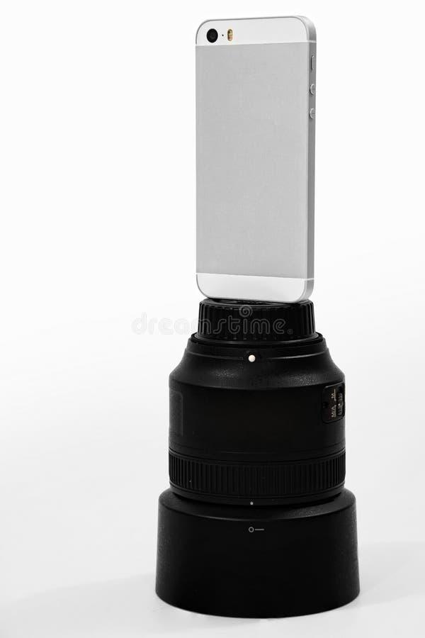 Smartphone obsiadanie na DSLR obiektywie obrazy stock
