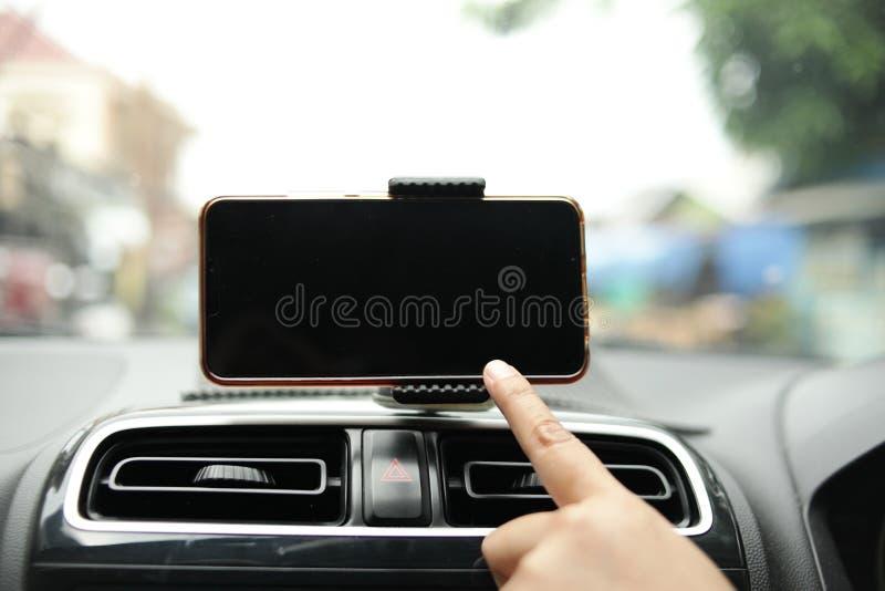 Smartphone op Autospot omhoog stock fotografie