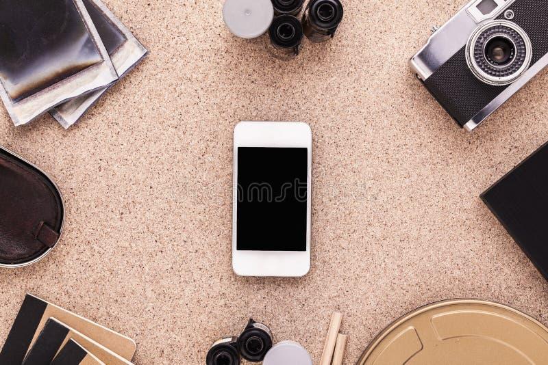 Smartphone op het bureau van de fotograaf Traditionele fotografie Artistieke werkruimte Hoogste mening royalty-vrije stock foto