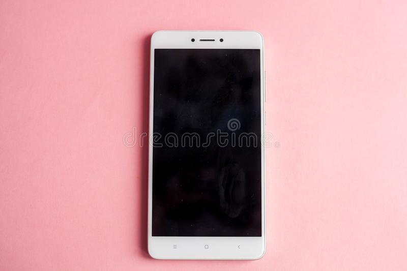 Smartphone op roze hoogste mening als achtergrond royalty-vrije stock afbeelding