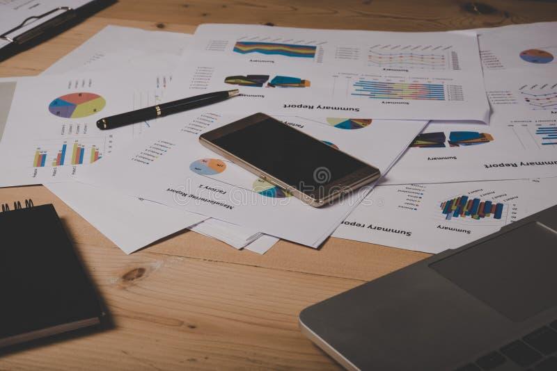 Smartphone, originais de negócio com crescimento e pena das cartas Workp fotos de stock