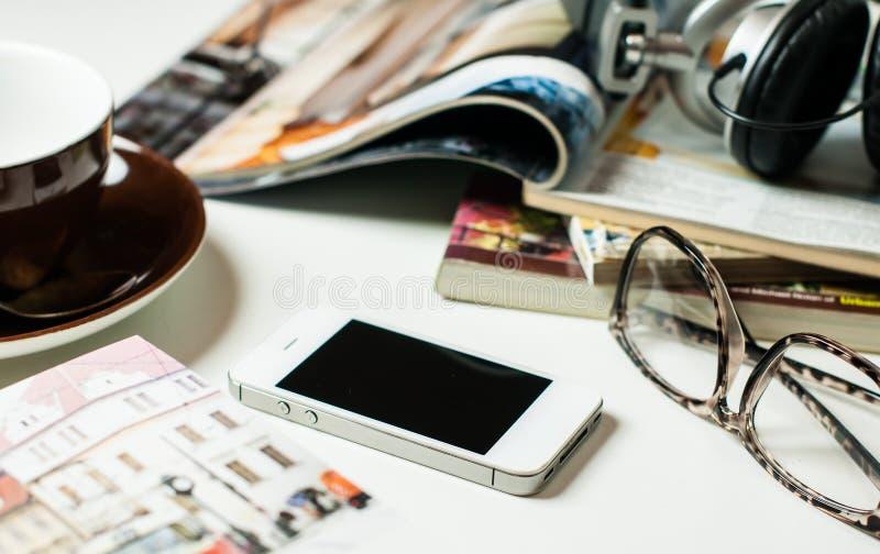 Smartphone på kontorstabellen arkivfoto