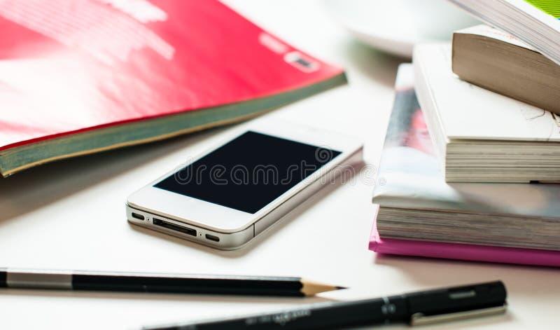 Smartphone på kontorstabellen fotografering för bildbyråer