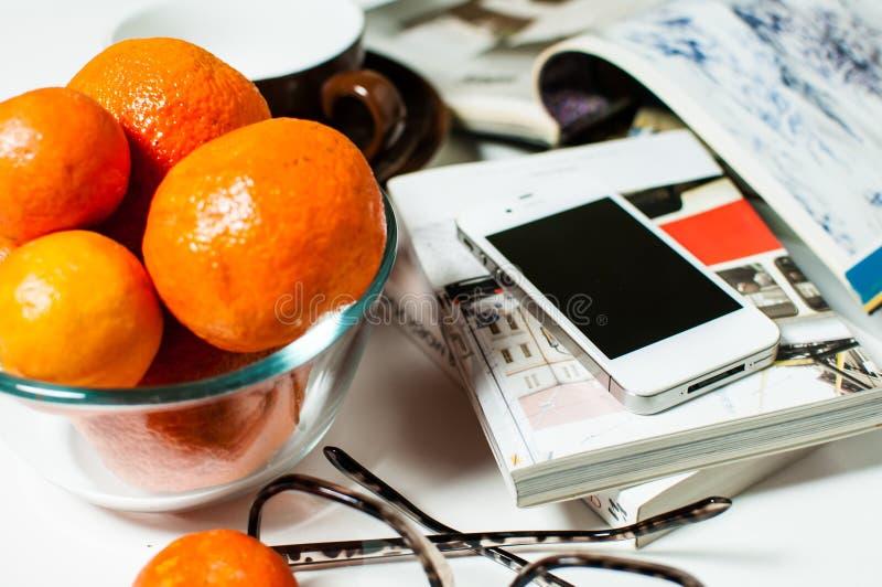 Smartphone på kontorstabellen royaltyfria bilder