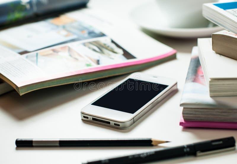 Smartphone på kontorstabellen arkivbild