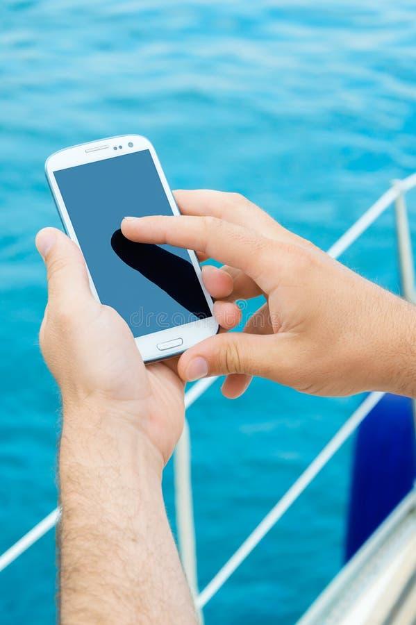 Smartphone på semester royaltyfri fotografi