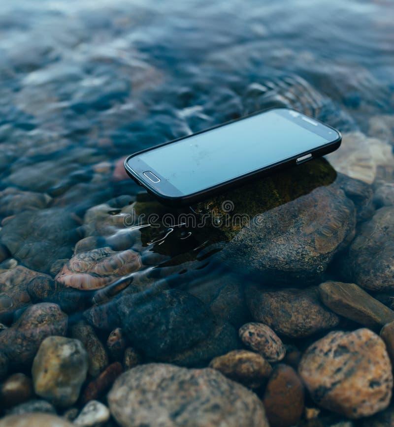 Smartphone perdu sur l'eau photo libre de droits