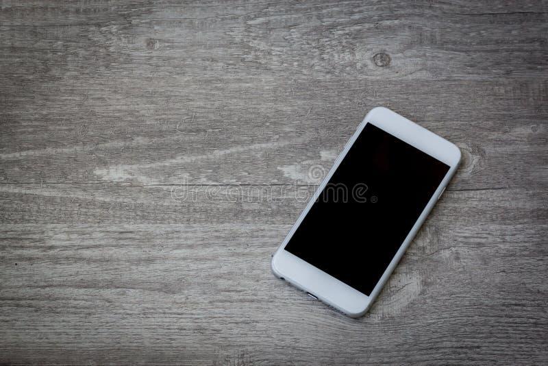 Smartphone a placé sur le fond en bois photos stock