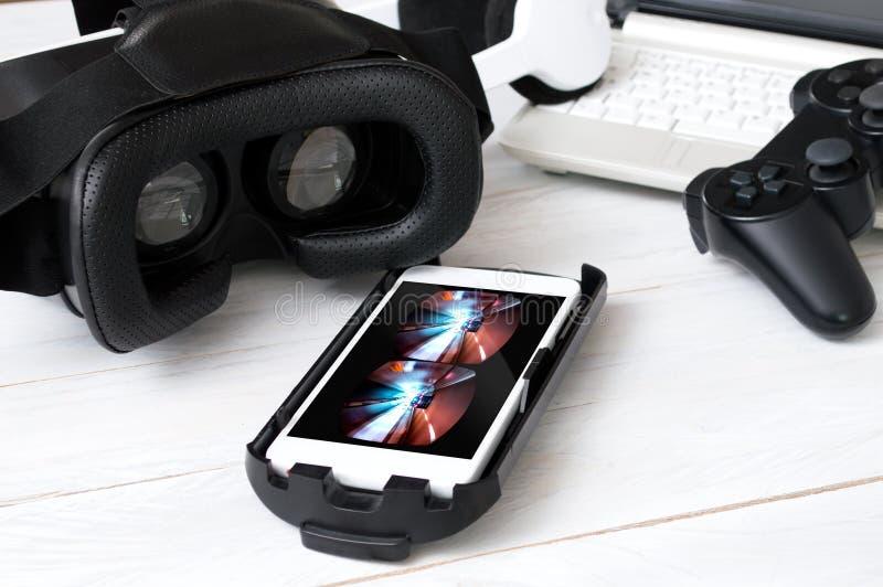 Smartphone que coloca na mesa e preparado para jogar com VR googles imagem de stock