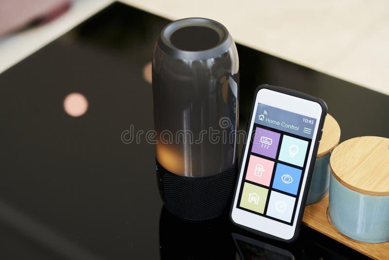 Smartphone que conecta con el altavoz inalámbrico fotos de archivo libres de regalías