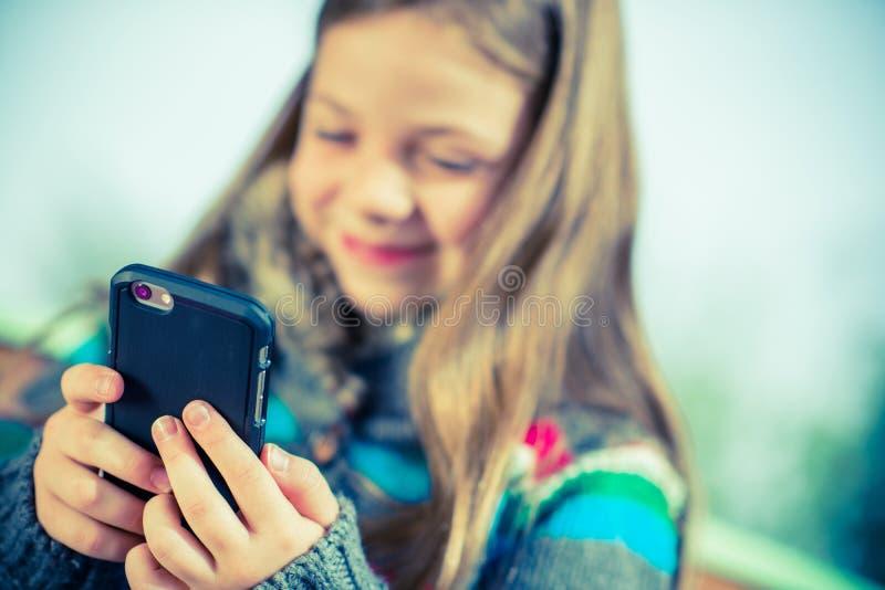 Smartphone que juega adolescente imagenes de archivo