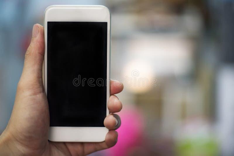 Smartphone ręka używać telefonu komórkowego puste miejsce - obsługuje rękę trzyma białego smartphone z czerń ekranem - zdjęcie royalty free