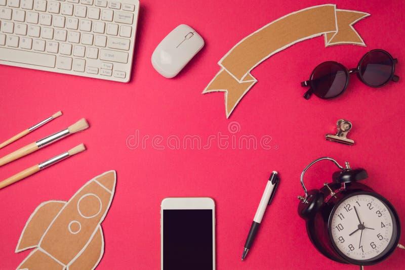Smartphone raillent vers le haut du calibre avec de nouveau à des articles d'école Conception d'image de héros de site Web images libres de droits