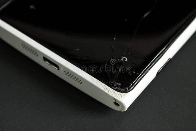 Smartphone rotto dello schermo con un primo piano incrinato dello schermo immagini stock