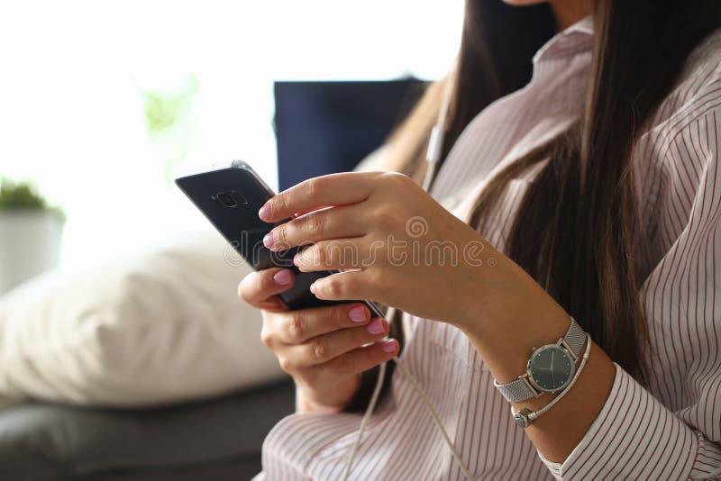 Smartphone Samsung de la tenencia de la mujer fotos de archivo libres de regalías