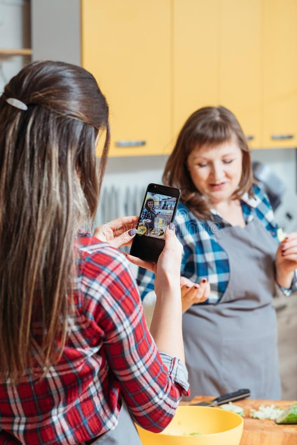 Smartphone saudável da filha da mãe do blogue da nutrição imagem de stock royalty free