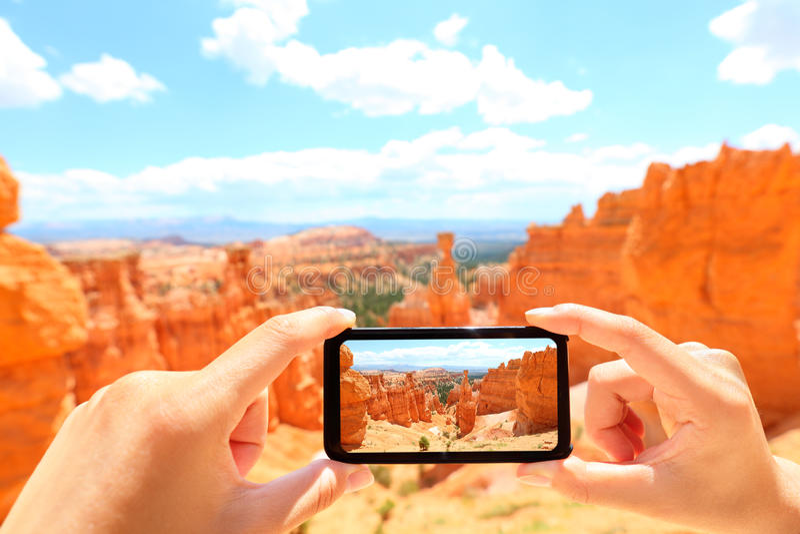 Smartphone som tar fotoet av den Bryce Canyon naturen arkivfoton