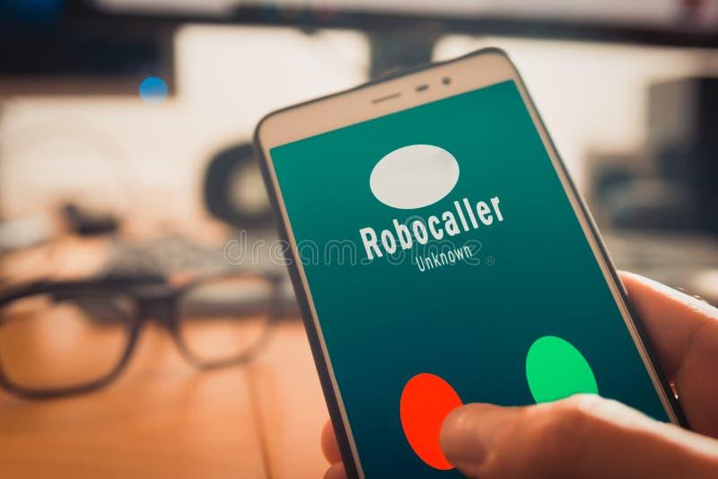 Smartphone som visar en appell från en robocaller på skärmen arkivbilder