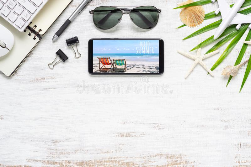 Smartphone-spot op malplaatje met de zomerstrand het concept van de planningsreis Hoogste mening van het schaven reis en technolo royalty-vrije stock afbeeldingen