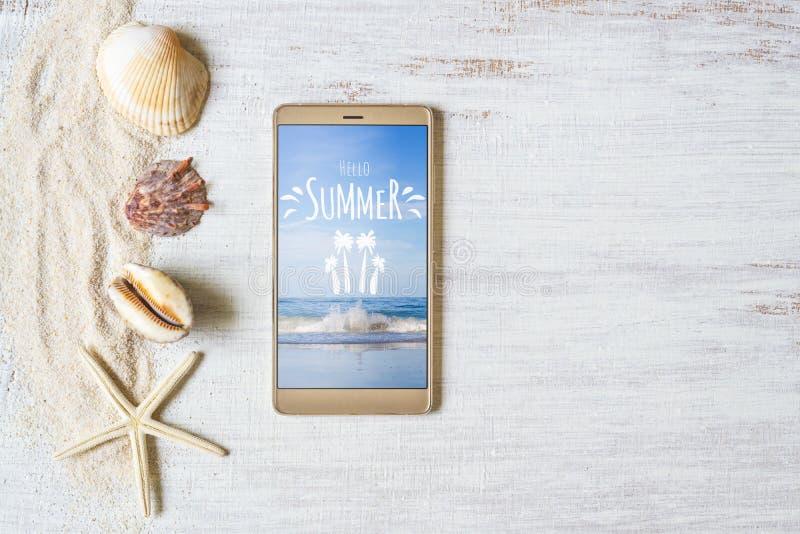 Smartphone-Spott herauf Schablone für Sommerferien Sommerferienhintergrund Ansicht von oben Flache Lage mit freiem Raum lizenzfreies stockfoto