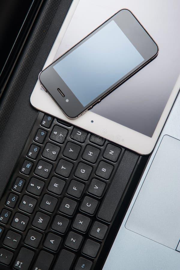 Smartphone, tablet en laptop stock afbeeldingen