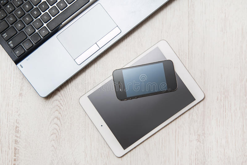 Smartphone, Tablette und Laptop lizenzfreie stockfotos