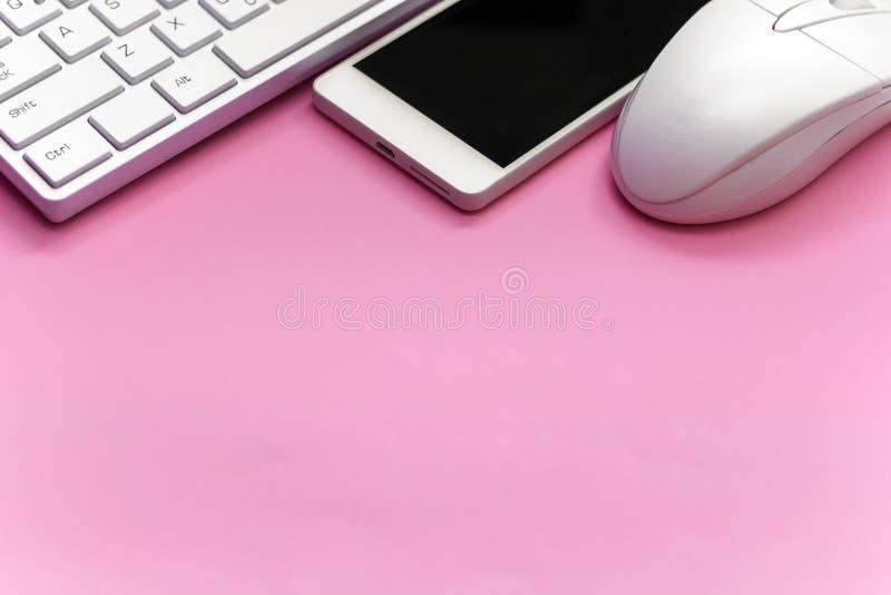 Smartphone tangentbord, mus på tom rosa bakgrund arkivfoton