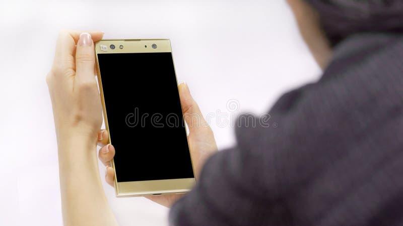Smartphone ter beschikking, vrouw ` s royalty-vrije stock foto
