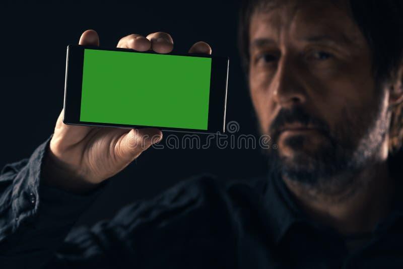 Smartphone ?tl?je upp i den manliga handen arkivfoto