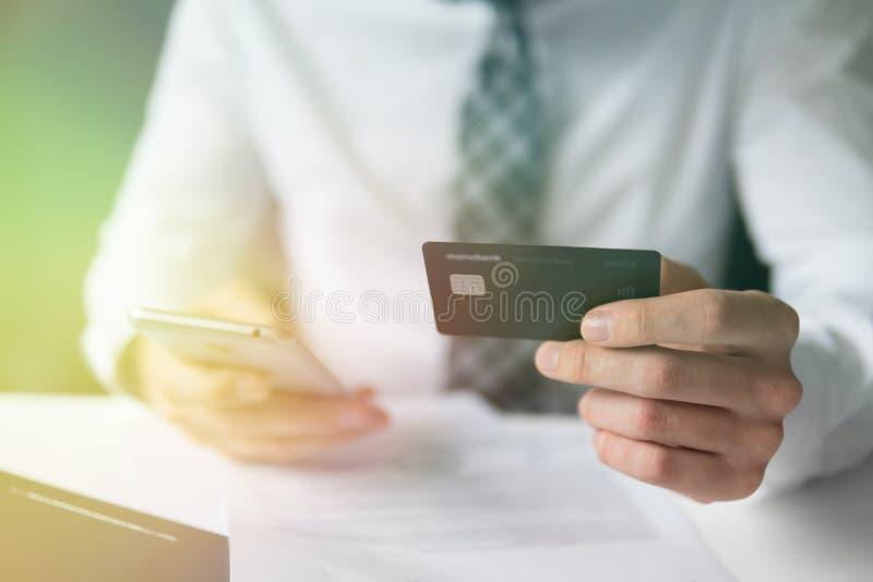 Smartphone und Internet-Handel Zahlung von Waren online Onlinehandel auf dem Geldumtausch stockfotos
