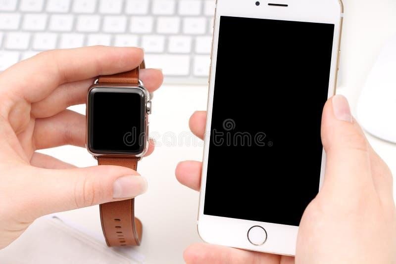 Smartphone und Smartwatch mit Raum für Ihr Logo/Text stockbild