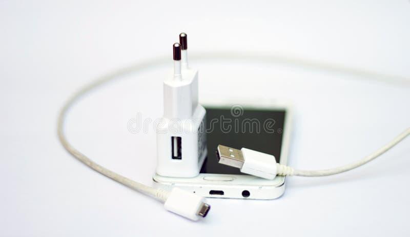 Smartphone und Telefonvorwurf mit Netzanschlusskabel stockfotografie