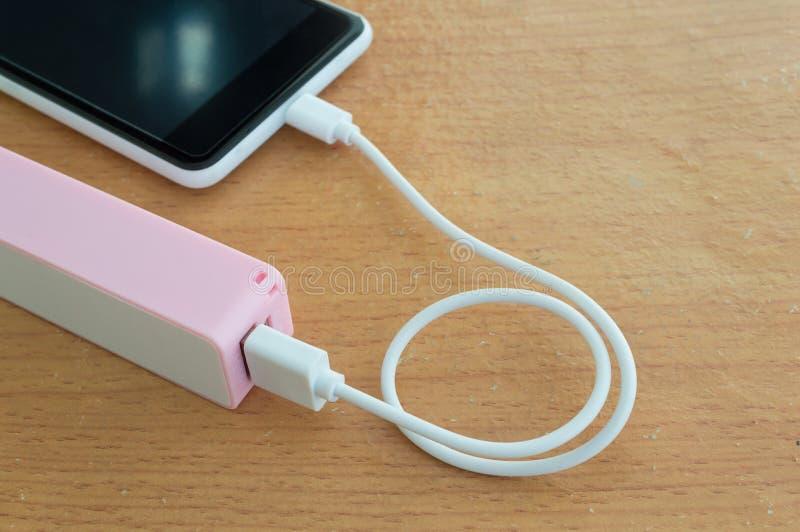 Smartphone uppladdare med powerbank royaltyfria foton