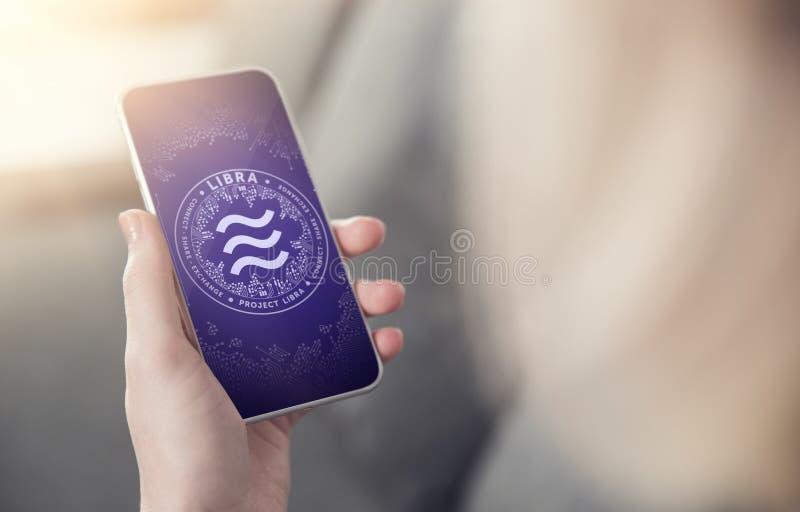 Smartphone van de handholding met Weegschaalsymbool op het scherm Nieuwe era in e-commerce, online betalingen en e-businessconcep royalty-vrije stock afbeelding