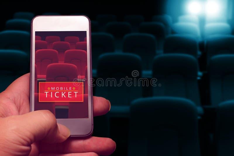 Smartphone van de handholding voor gereserveerd filmkaartje royalty-vrije stock foto