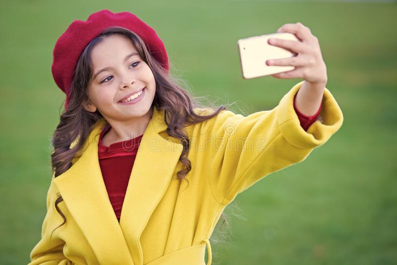 Smartphone van de meisjegreep of mobiele telefoon Moderne generatiemededeling Mobiel communicatiemiddel concept Kind royalty-vrije stock afbeelding