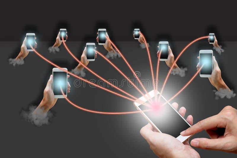 Smartphone van de mensenholding en netwerkconcept royalty-vrije stock foto