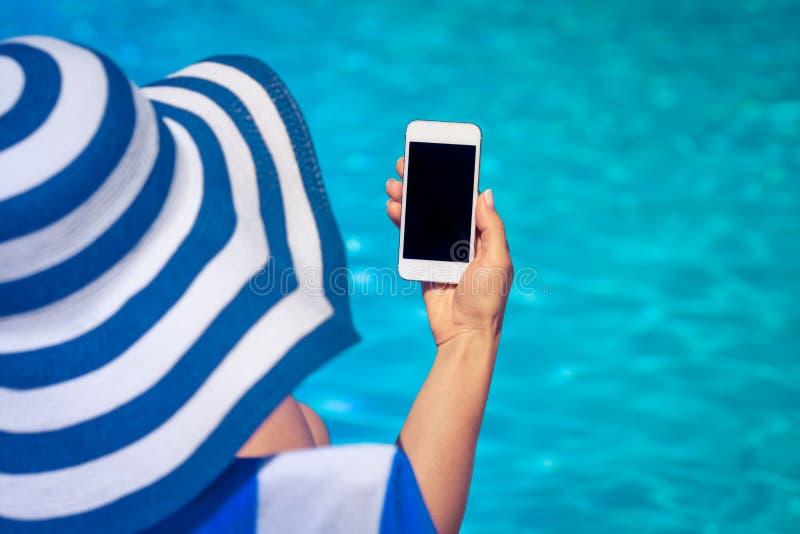 Smartphone van de vrouwenholding ter beschikking stock afbeelding