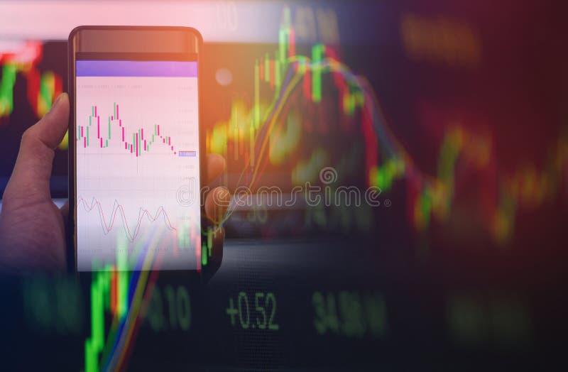 Smartphone van het zakenmangebruik handelforex of de beursmarkt scheept mobiele in hand van het gegevensscherm online in royalty-vrije stock fotografie
