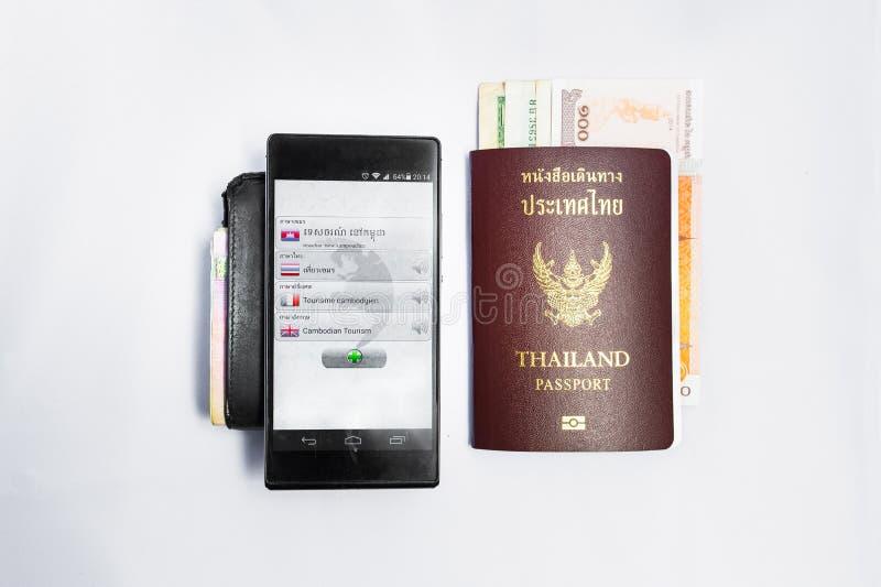 Smartphone vertaalt &Passport reis aan Kambodja stock afbeeldingen