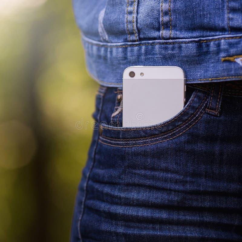 Smartphone w życiu codziennym Telefon w cajg kieszeni zdjęcia stock